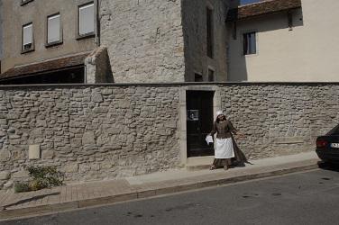 Marianne Suberbordes donne recette du gàrfou devant la Pâtisserie Morlaàs