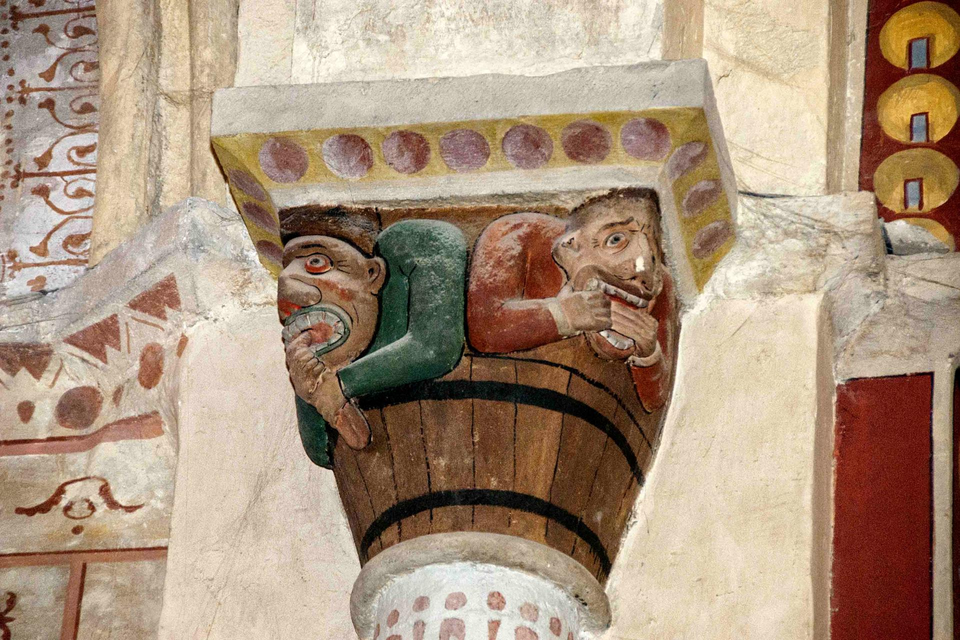 Chapiteau représentant la médisance et la gourmandise (église Saint-André de Sauveterre)