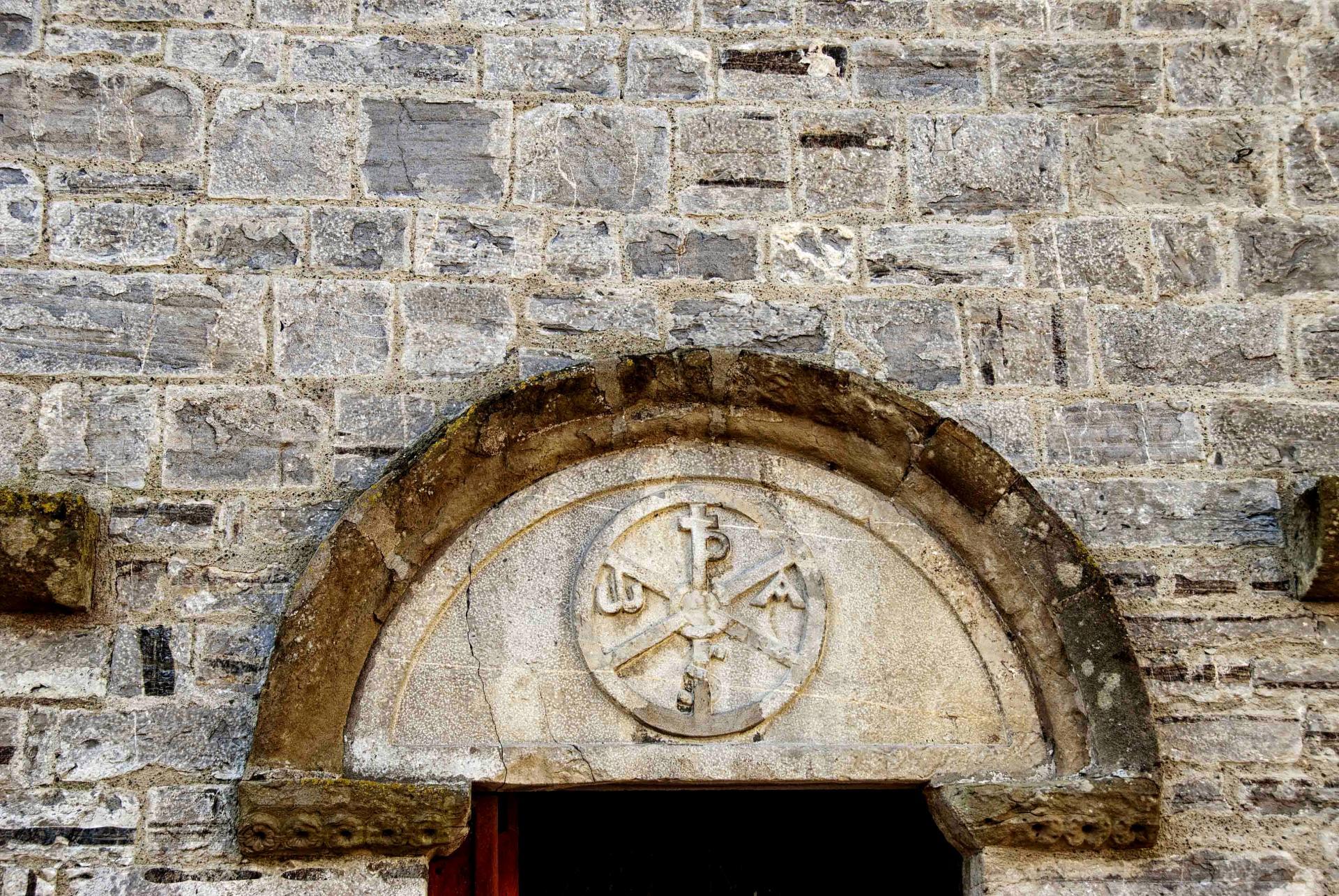 Chrisme de la porte latérale (église Saint-André de Sauveterre)